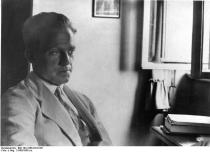 Ein Schwarzweißfoto von Werner Heisenberg