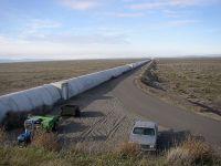 Einer der beiden senkrechten Strahlwege eines der beiden LIGO-Detektoren (Bild: Umptanum/Wikimedia Commons, gemeinfrei)